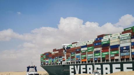 Das etwa 400 Meter lange Containerschiff ist wegen eines Sandsturms bei schlechter Sicht auf Grund gelaufen.