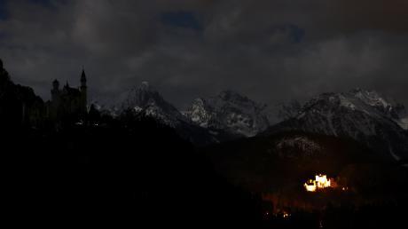 Schloss Neuschwanstein nur vom Mondlicht beleuchtet. Weltweit wurden am Samstag um 20.30 Uhr im Rahmen der Earth Hour 2021 Lichter gelöscht um ein Zeichen für den Klimaschutz zu setzen.