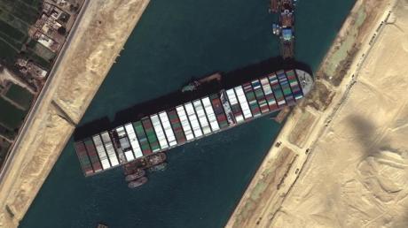Das festgesetzte Containerschiff «Ever Given» blockiert weiterhin den Suezkanal.