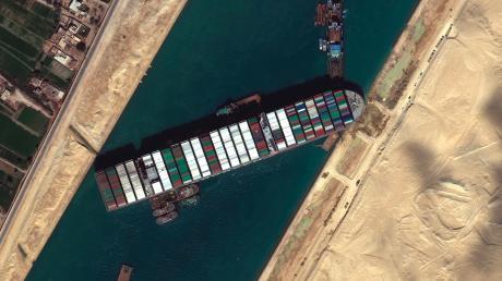 Um das 400 Meter lange Schiff endlich aus dem Suezkanal zu befreien, soll es jetzt teils entladen werden.
