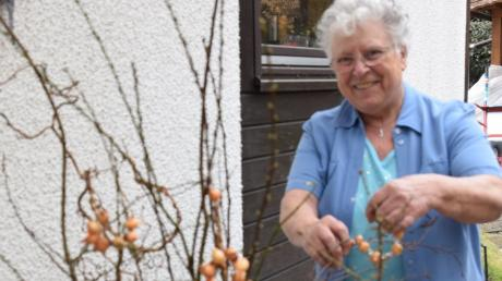"""Im Garten am Strauch oder in der Vase im Haus hängt Edeltraud Fischer """"Wintervertreiberle"""", bei der sie Steckzwiebelkränze mit Silberdraht und mit Perlen herstellt."""