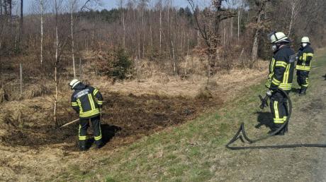 Durch ein Bauteil, das von einem Lkw abbrach, ist Gras an der Böschung neben der B2 bei Rehau in Brand geraten. Die Feuerwehren aus Monheim und Rehau waren im Einsatz.