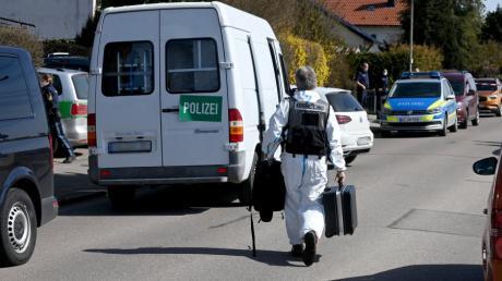 Streifenwagen haben am Sonntagnachmittag stundenlang ein Straße in Wullenstetten gesperrt. Beamte der Kriminaltechnik haben in Schutzanzügen Spuren im Haus gesichert.