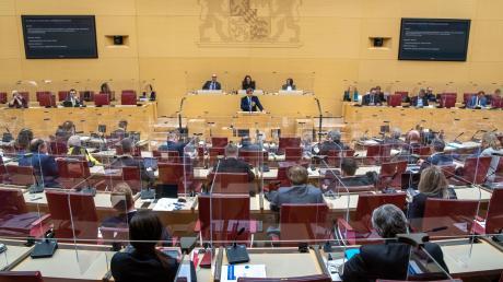 Markus Söder bringt die fertigen Corona-Beschlüsse von der Ministerpräsidentenkonferenz mit – und so muss es dann auch gemacht werden. Das führt zu scharfer Kritik im Landtag.
