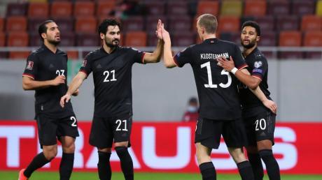 Serge Gnabry bejubelt sein Tor zum 0:1 mit Emre Can, Ilkay Gündogan und Lukas Klostermann.