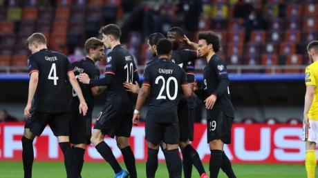 Die deutschen Nationalspieler um Torschütze Serge Gnabry (M) bejubeln das Tor zur 1:0-Führung.