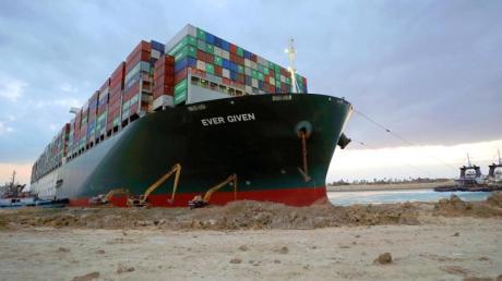 """Das Containerschiff """"Ever Given"""" blockiert im Suezkanal seit Tagen die wichtige Schifffahrtsstraße zwischen Asien und Europa."""
