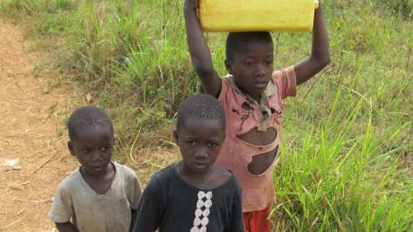 Kinder aus Bukomma tragen Wasserkanister. Da im vergangenen Jahr keine Veranstaltungen zugunsten der Ugandahilfe stattfinden konnten, ist das Guthaben auf dem Spendenkonto schmal geworden.