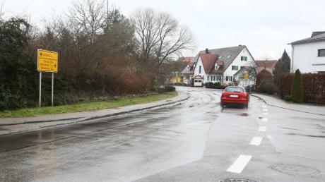Soll heuer umgebaut werden: Der Einmündungsbereich der Staatsstraße 2338 (Blumenthaler Straße, rechts im Bild) in die  Staatsstraße 2047 (Fuggerstraße) in Klingen. Der Auftrag dafür ist gerade vergeben worden.