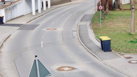 Klappernde Kanaldeckel gingen den Anwohnern der Pfarrer-Bezler-Straße in Stätzling auf die Nerven. Die Münchner Firma Haenlein GmbH & Co. sorgt jetzt für Ruhe.