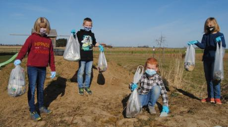 Gleich mehrere Tüten Müll haben Leni, Bene, Johannes und Paul aus den Wehringer Fluren gesammelt. Diese Aktion wollen sie bald wiederholen.