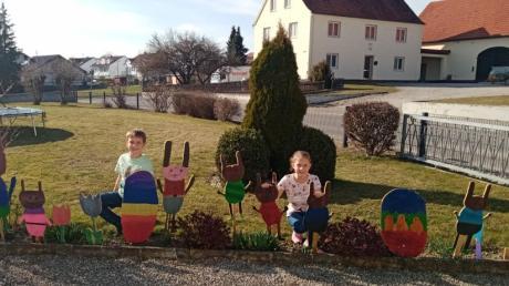 Die elfjährige Lena und ihr neunjähriger Bruder Jonas haben bei ihrer Oma in Wessiszell eine kleine Osterlandschaft gestaltet und dabei alles in Eigenproduktion gebastelt und bemalt. Langeweile an Ostern? Wir haben Ideen für Familien zusammengestellt.