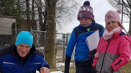 Johannes Widmann und seine Klassenkameradin Victoria Schmied erklärten Gemeinderat Ulrich Ampenbergerihre Wünsche für den Spielplatz.
