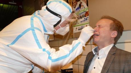 Es gibt definitiv Angenehmeres als einen Nasenabstrich, stellte Bobingens Bürgermeister Klaus Förster bei seinem Corona-Test fest.
