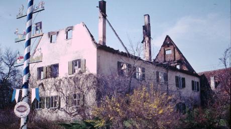 Nur die Außenmauern und die beiden Kamine blieben übrig nach dem Rehlinger Pfarrhausbrand im Jahr 1981. Im Inneren des Gebäudes war alles zerstört.