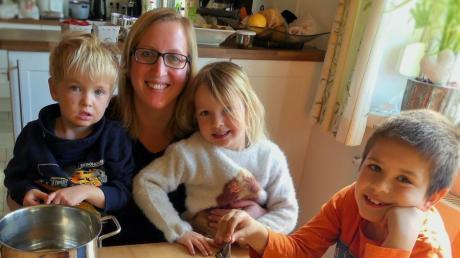 Julia Faulhaber aus Tafertshofen und ihre Kinder Moritz, Laura und Felix beim Ostereierfärben.