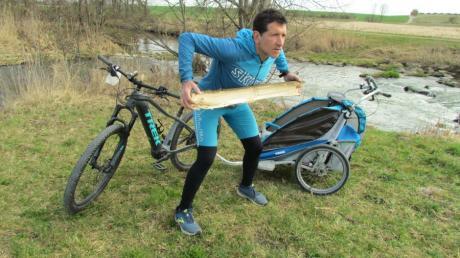 Das Fitnessstudio in der freien Natur hat 24 Stunden geöffnet. Ein Holzscheit am Wegensrand dient Personal Coach Markus Kratzer als Sportgerät.