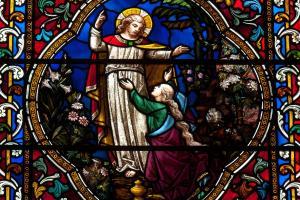 """""""noli me tangere"""": Sie war die Erste im Neuen Testament, die den Auferstandenen sah: Maria Magdalena mit Jesus in einem Kirchenfenster"""