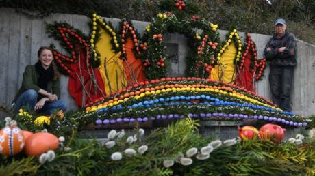Prachtvoll geschmückter Osterbrunnen im Neusässer Stadtteil Ottmarshausen mit Jasmin Nebl und Ludwig Wilhelm vom Team, das geschmückt hat.