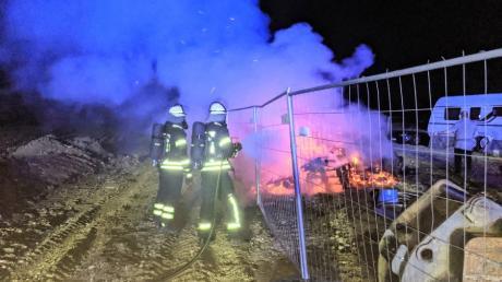 In Monheim sind Dienstagnacht ein Stapel Paletten in Brand geraten.