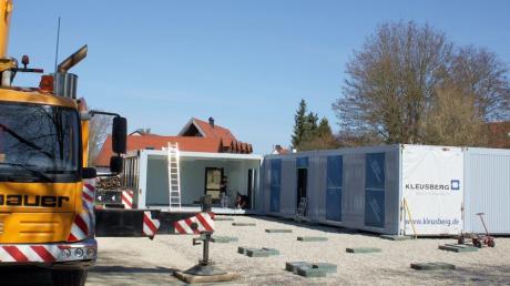 Schweres Gerät war im Einsatz, um die Container auf einem freien Platz an der Herbertshofer Mühlstraße aufzustellen.