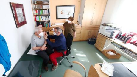 Endlich! Hausarzt Dr. Stefan Thamasett verabreicht die erste Corona-Impfung in seiner Praxis im Neu-Ulmer Stadtteil Offenhausen. Die ersten Patienten sind Johann und Monika Müller.