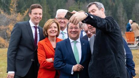 Das Lachen ist vielen Ministerpräsidenten inzwischen vergangen: Tobias Hans, Malu Dreyer, Winfried Kretschmann, Armin Laschet  und Markus Söder während einer Konferenz auf Schloss Elmau.