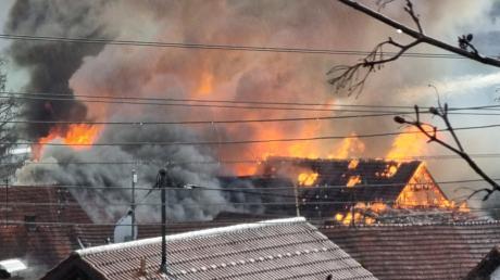 Vom Balkon seines Hauses hat MZ-Leser Thomas Ewert den Großbrand auf einem Bauernhof in Haselbach fotografiert. Offenbar war nach einem Blitzschlag erst ein Hochsilo und dann der Stall in Brand geraten.