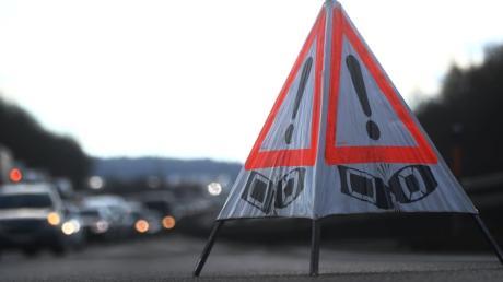 Der Wind hat am Mittwoch um 13.30 Uhr zwischen Lutzingen und Deisenhofen einen Anhänger umgeweht. Dann kam es zu einer Kettenreaktion.