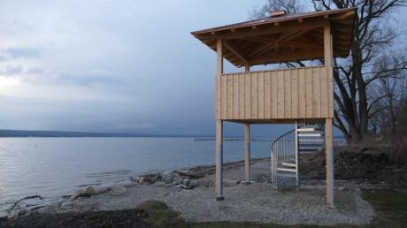 Der Naturbeobachtungsturm ist fertig. Von dem erhöhten Standort aus kann man auch bei Regen die Natur am Südende des Ammersees betrachten, ohne nass zu werden.