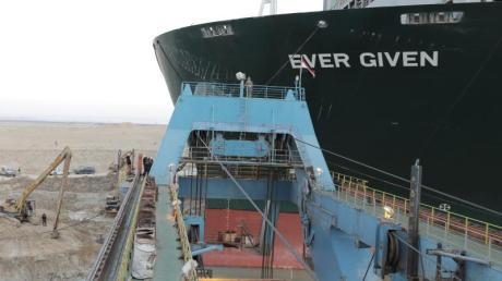 Wer hätte gedacht, dass ein Schiff, das im Suezkanal bei Ägypten feststeckt, für Probleme im Kreis Augsburg sorgt?