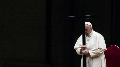 Papst Franziskus betet den Kreuzweg auf dem leeren Platz vor dem Petersdom. Wie bereits im vergangenen Jahr konnte diese Feier anders als üblich nicht am Kolosseum in Rom stattfinden.