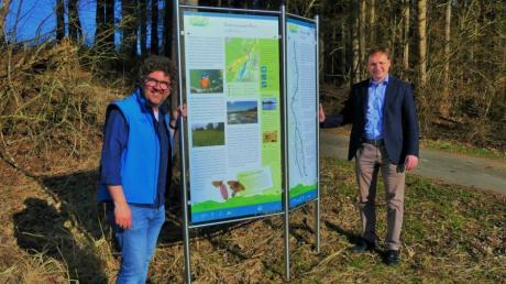 Markus Koneberg, Bürgermeister der Gemeinde Kettershausen, und Peter Guggenberger-Waibel, Projektleiter der Stiftung Kulturlandschaft Günztal, freuen sich über die neuen Infostationen.