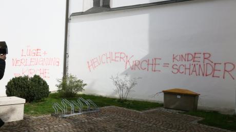 Die Aichacher Stadtpfarrkirche wurde in der Nacht auf Ostersonntag mit kirchenkritischen Äußerungen beschmiert.