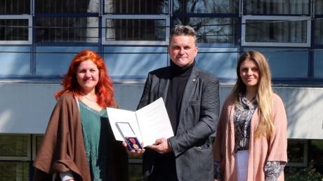 Die Bundesverdienstmedaille erhielt der Schmiechener Günter Wurm.  Begleitet wurde er von seiner Frau Annemarie und seiner Tochter Theresa.