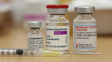 Fläschchen der zugelassenen Impfstoffe von Biontech, Moderna und AstraZeneca.