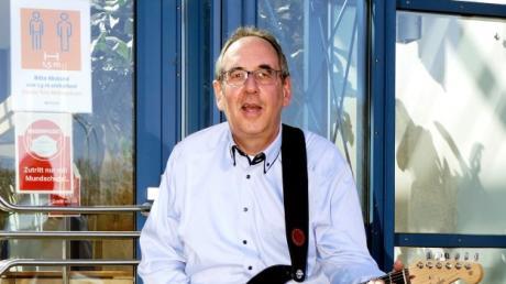 Gitarrist und Bandleader Uwe Göbel kann vor der Singoldhalle seiner Gitarre Frischluft gönnen. Ein Auftritt vor Publikum bleibt weiterhin ein Wunschtraum.