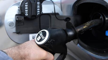 An einer Tankstelle in Günzburg wird Diesel  getankt. In Leipheim haben unbekannte Täter 500 Liter Diesel aus einem Lastwagen gestohlen.