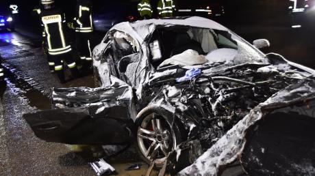Bei Monheim kam es am Dienstagabend zu einem schweren Verkehrsunfall. Im Bild ist das zerstörte Fahrzeug des Unfallverursachers zu sehen.