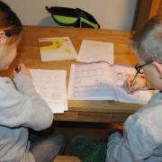 Schule zu Hause - für viele Familien ist das schwierig. Hier sollen die Lernpaten der Freiwilligen-Agentur Bobingen helfen.