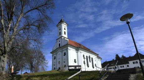 Auf dem Theklaberg hoch über dem Laugnatal liegt die Weldener Votivkirche St. Thekla.