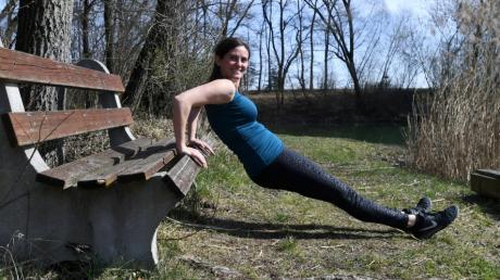 Eine Bank ist nicht nur zum Ausruhen da. Sandra Wille kennt jede Menge Übungen, wie man sich daran auch sportlich betätigen kann.