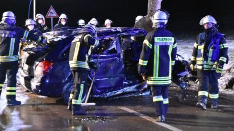 Tödlicher Unfall auf Staatsstraße bei Monheim: Die Feuerwehr holte den auf dem Dach liegenden Wagen, in dem eine 54-Jährige starb, aus dem Straßengraben und stellt ihn auf die Räder, um die Leiche bergen zu können.
