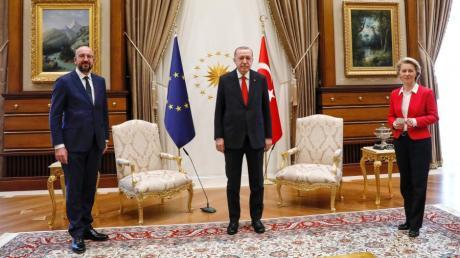 Der türkische Präsident Recep TayyipErdogan bei seinem Treffen mit  EU-Kommissionspräsidentin Ursula von der Leyen und Ratspräsident Charles Michel in Ankara. Der späteren Pressekonferenz blieb der Staatschef fern.