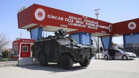 Bereitschaftspolizisten stehen vor dem Gerichtsgebäude, in dem bei einem Prozess das Urteil gegen 497 Angeklagte gefällt wurde.