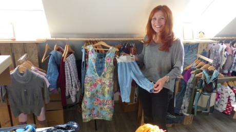 Marion Wetzel strahlt, wenn sie in ihrem kleinen Laden in Ellgau ihre selbst geschneiderten Werke präsentiert.