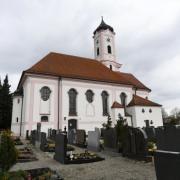 Die Pfarrkirche St Clemens in Herbertshofen wurde 1754/55 von Hans Adam Dossenberger erbaut. Der üppige Stuck im Innenraum könnte von Joseph Dossenberger stammen.