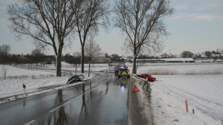 Auf der Kreisstraße AIC 1 nahe Inchenhofen geschah am Donnerstagmorgen ein Unfall. Zwei Autofahrer landeten im Straßengraben.