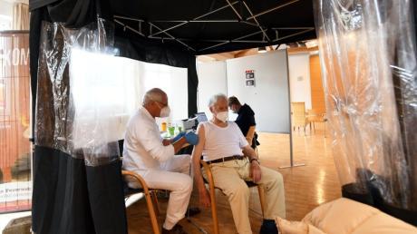 Franz Xaver Kraus ist einer von rund 5000 Menschen, die der pensionierte Chirurg Jürgen Czwink bereits gegen Corona geimpft hat.