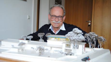 Bürgermeister Manfred Nerlinger mit dem Modell des neuen Kindergartens in Wehringen. Die Arbeiten daran sollen schnellstmöglich beginnen.